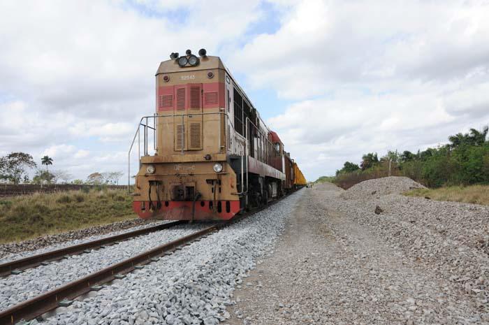 Recibe Cuba maquinarias para reparación de vías férreas y trabajos de construcción