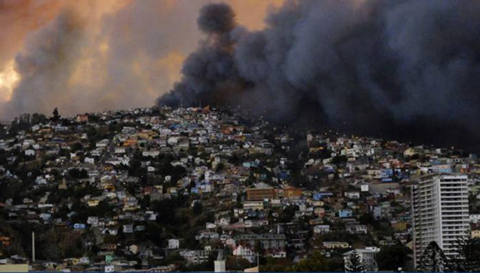 Smoke from a forest fire is seen in Valparaiso city, northwest of Santiago, April 12, 2014. More than 50 homes were burned due to the forest fire but there have been no reports of death or injuries, local authorities said. REUTERS/Cesar Pincheira (CHILE - Tags: DISASTER ENVIRONMENT TPX IMAGES OF THE DAY)