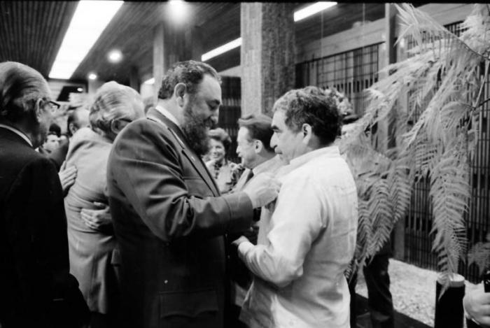 Fidel condecora con la Orden Felix Varela, al escritor colombiano  Gabriel Garcia Marquez. Foto: Jorge Oller, 6 de enero de 1983