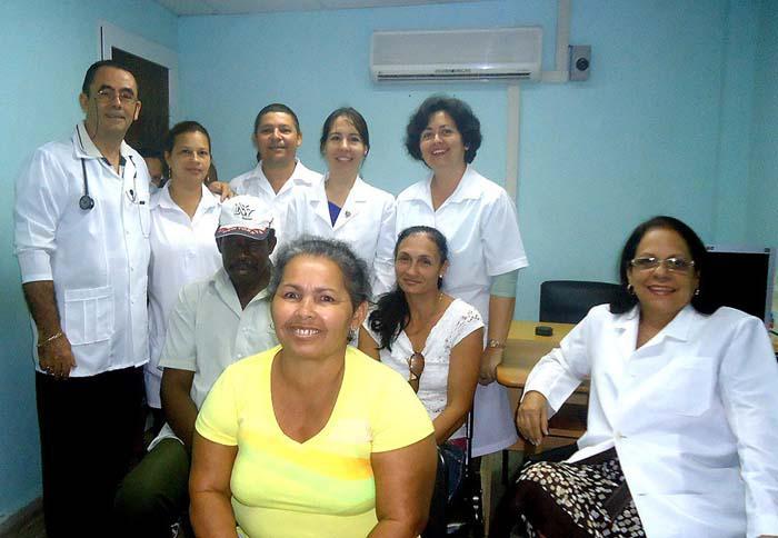 Parte del equipo multidisciplinario, junto a tres pacientes implantados. En  los extremos, la doctora Rosa María (sentada) y el doctor Rogelio.