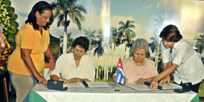 Ena Elsa Velázquez, ministra de Educación (izquierda) y  Gladys Bejerano, Contralora General de la República (derecha) durante la rúbrica del convenio. foto: JosÉ M. Correa