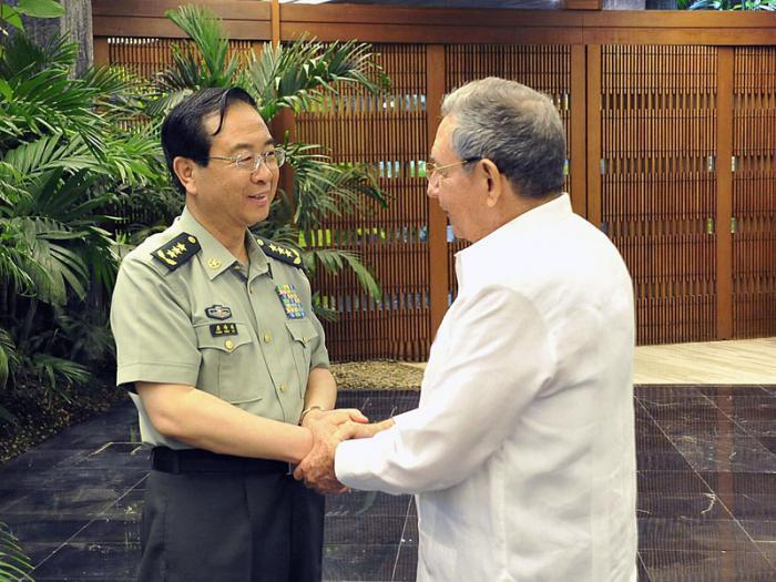 Presidente cubano Raúl Castro saludó al Coronel General Fang Fenghui