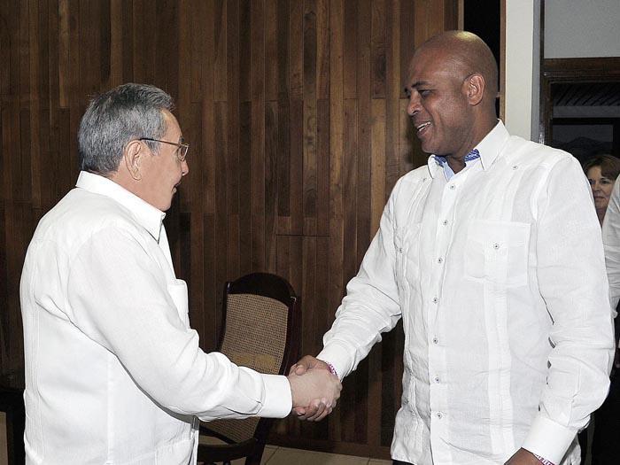 Departe Raúl Castro con presidente de Haití, Michel Martelly
