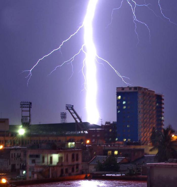 Una de las medidas de protección ante la proximidad de una tormenta eléctrica consiste en acudir de inmediato a un lugar más seguro. Foto: Granma.