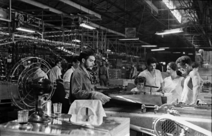 El Comandante Ernesto Che Guevara realiza una jornada de trabajo voluntario en la Fábrica No.1 Luis Milián.