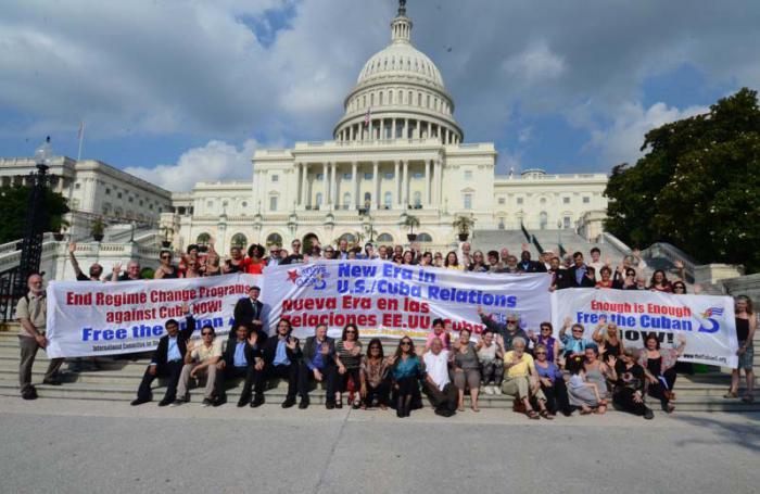 Activistas frente al Congreso de EE.UU. FOTOS: Bill Hackwell