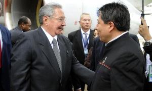 Raúl Castro llega a Bolivia para participr en la Cumbre del G77 + Chinay es recibidoporel Canciller boliviano