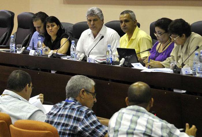 Primer Vicepresidente cubano asiste a sesiones de trabajo de comisión parlamentaria.