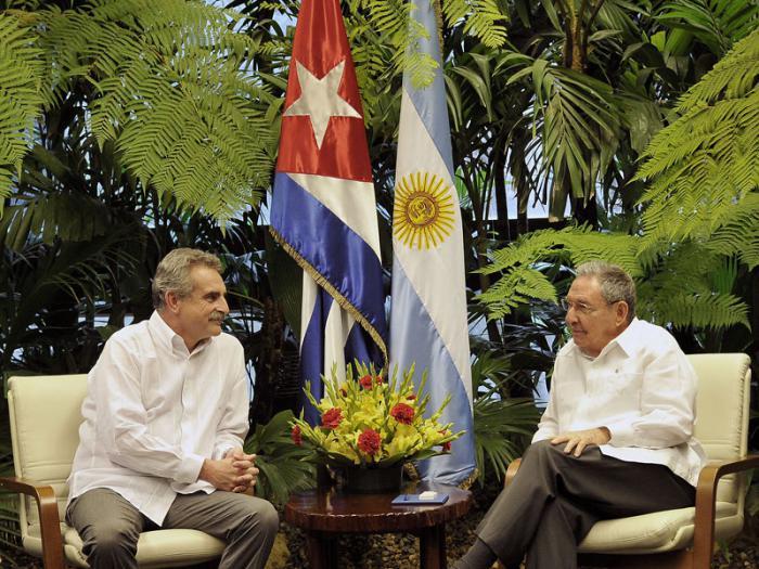 Recibe Raúl Castro al Ministro argentino de Defensa