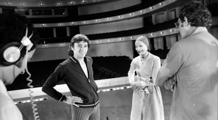 Alicia Alonso, y Antonio Gades, en un momento de receso durante los ensayos. Foto: Osvaldo Salas, 5 de mayo de 1978.