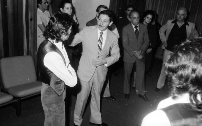 Raúl Castro y Antonio Gades en animada charla luego de su actuación con el Grupo Independiente de Artistas de la Danza.
