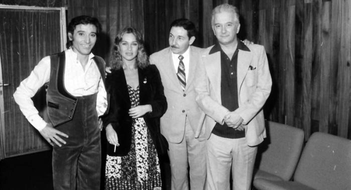 Raúl Castro y Armando Hart, con Antonio Gades y Marisol, luego de la actuación del Grupo Independiente de Artistas de la Danza, que dirige Gades.