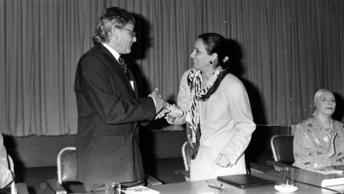 Antonio Gades recibe el título Honoris Causa en Arte, en el Instituto Superior de Arte (ISA).de manos de su directora, Ana Ma. González, a su lado Alicia Alonso.