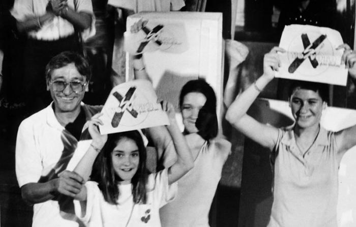 Antonio Gades con sus hijas María, Tamara y Celia en Santiago de Cuba, durante las elecciones. Allí expresó: