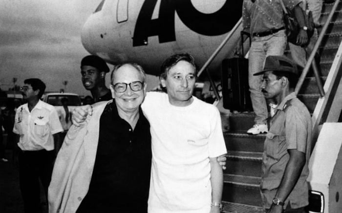 Alfredo Guevara, presiente del Instituto Cubano de Arte e Industria Cinematografica, recibe a Antonio Gades, en uno de sus viajes a Cuba. Foto:Ernesto Mastrascusa, 15 de junlio de 1996.