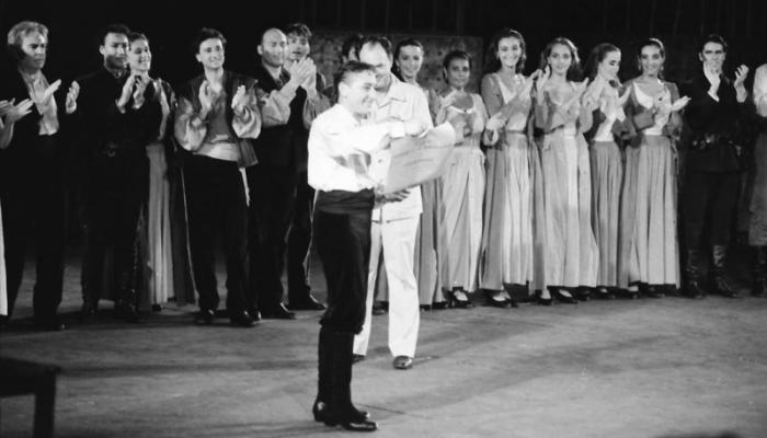Antonio Gades y su compañía reciben el homenaje de los estudiantes durante su actuación en la escalinata de la Universidad de La Habana.