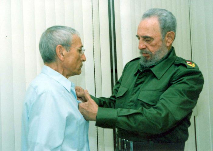 Fidel condecora a Antonio Gades, con la Orden José Martí, la más alta distinción del estado cubano.