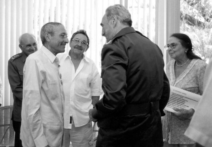Luego de ser condecorado con la Orden José Martí, Antonio Gades sostiene una animada charla con Fidel, Raúl, Vilma, Colomé y otros compañeros.