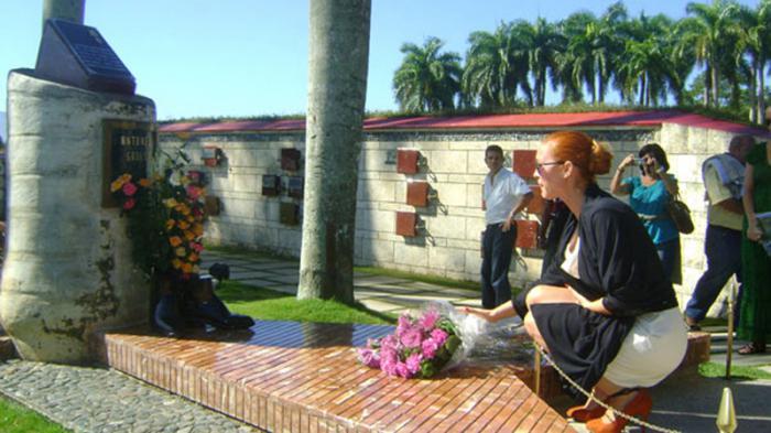 Momentos en que María Esteve, una de las hijas de Gades, depositaba un ramo de flores en el monumento que perpetua la memoria de su padre, erigido en el Mausoleo del Segundo Frente Oriental Frank País.