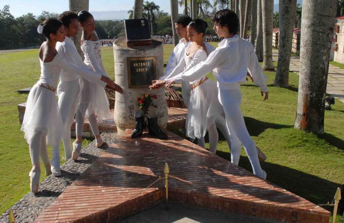 Integrantes del Ballet Santiago rinde homenaje al bailarín Antonio Gades en el sitial donde fueron depositadas sus cenizas en el Mausoleo del Segundo Frente Oriental Frank País.