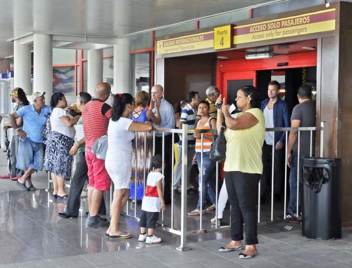 Debido a las normas del aeropuerto José Martí, hoy los familiares se aglomeran en las entradas para despedir a los pasajeros. foto: José Manuel Correa