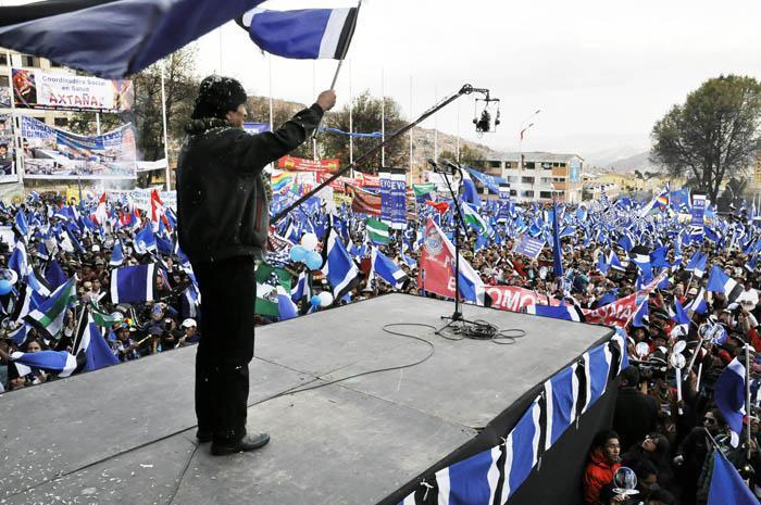 Cientos de militantes del MAS se concentraron en la plaza Villarroel, en la ciudad de La Paz.