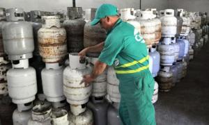 Manuel Quitero, técnico de un punto de venta de gas liberado. La Habana, Cuba.