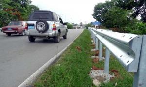 La colocación de defensas metálicas se incluye entre las acciones llevadas a cabo para lograr una mayor seguridad vial. foto del autor