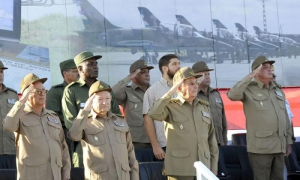 Raúl Castro condecora a Brigada de Aviación