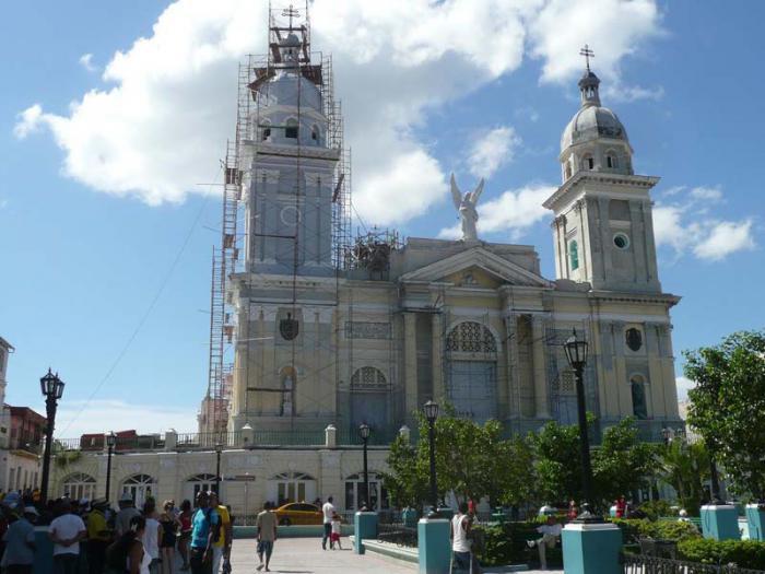 Restituidas las cruces en los cupulinos de la catedral santiaguera