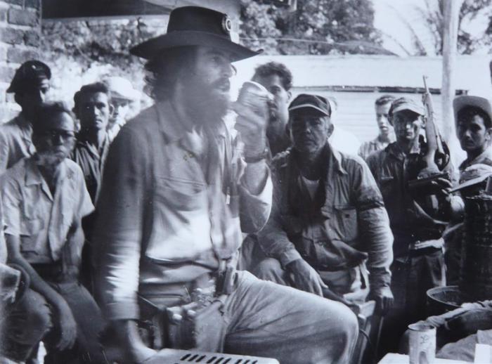 Camilo personalmente conmina a los defensores del cuartel a la rendición.