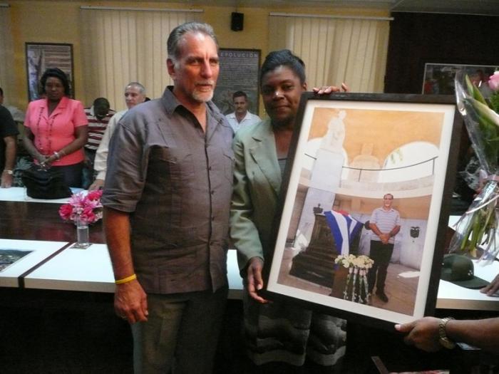 René recibió de manos de Beatriz Jhonson, vicepresidenta del gobierno en la provincia, un cuadro con la foto del instante en que rinde homenaje a Martí.