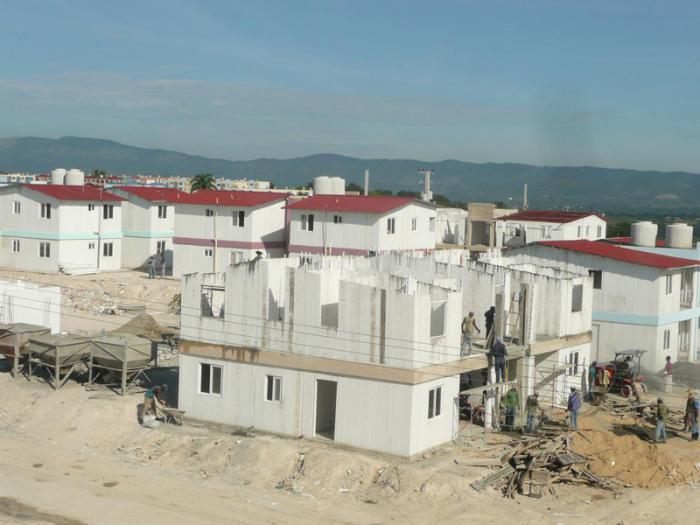 A dos años del huracán Sandy avanza la recuperación en Santiago de Cuba. Construcción de petrocasas para los damnificados