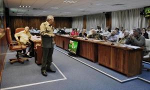 General de Ejército Raúl Castro en reunión del Consejo de Ministros. a su lado en la mesa Samuel Rodiles Planas, director del Instituto de Planificación Física