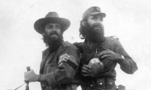 Camilo Cienfuegos y el capitán Harold Cantallops a caballo en Cauto del Paso.