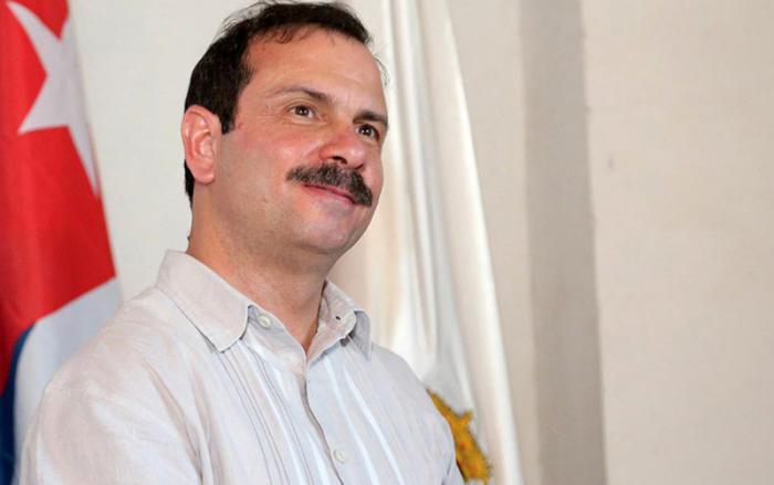 Recibe Fernando González réplica de machete de Coronel mambí