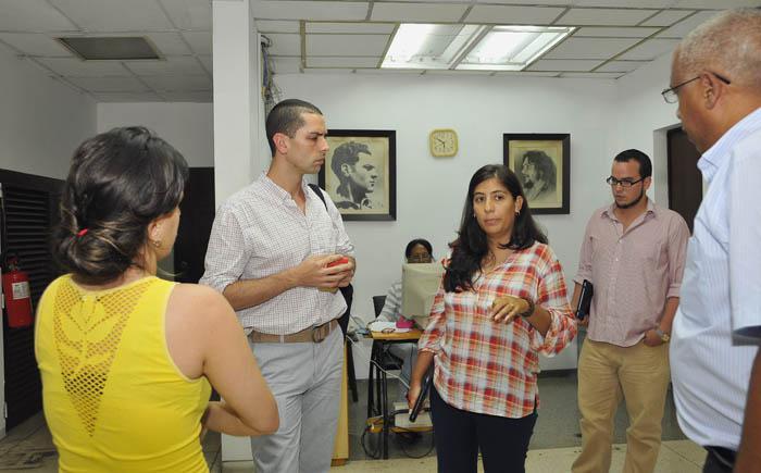 Ernesto Londoño(a la izquierda) en la Redacción Nacional de Granma junto a los periodistas Lissy Rodríguez(a la izquierda), Karina Marrón, Sergio Gómez(al fondo) y el Director del Periódico, Pelayo Terry.
