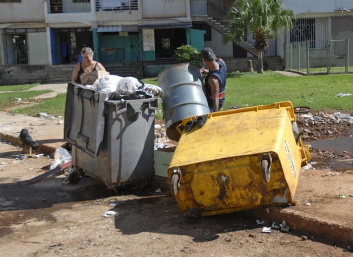Alamar,persona botando basura fuera de los tanque en la zona 23.