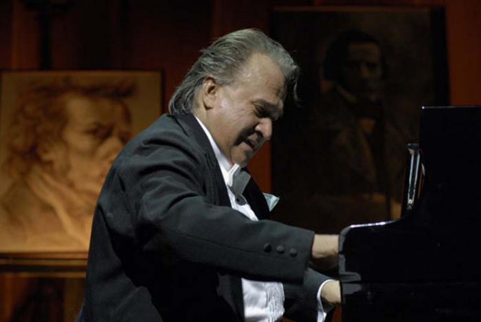 Frank Fernández con Pushkin cerca del corazón