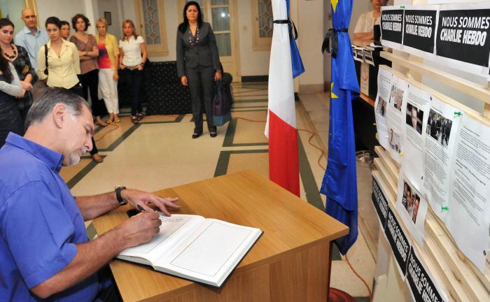 Firman René y Ramón libro de condolencias por atentado contra Charlie Hebdo