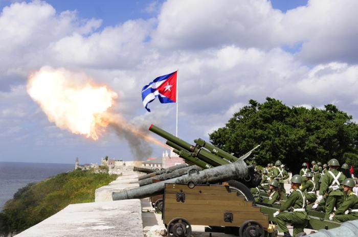 Tiro de salvas de artillería desde la cabaña en homenaje al 162 aniversario del natalicio de Martí