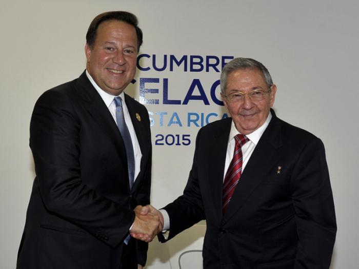 El Presidente cubanao Raúl Castro saluda al presidente de Panamá, Juan Carlos Varela.