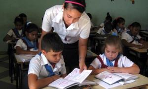 En el trabajo cotidinano frente al aula, alumnas de la  Escuela Pedagogica Nicolas Guillén en Camaguey