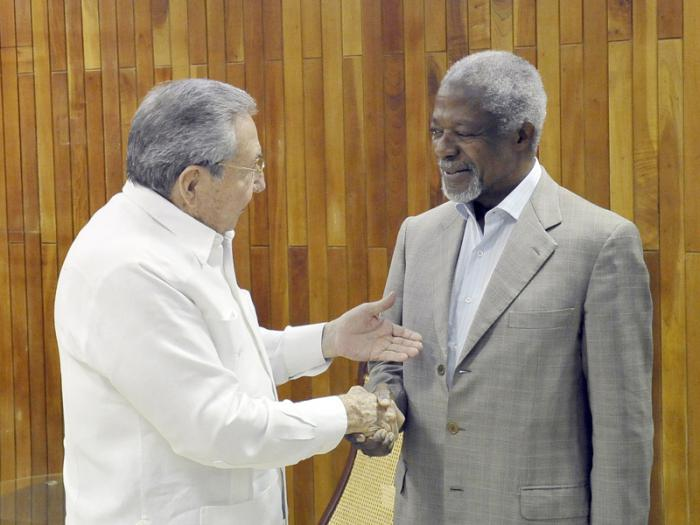 El presidente cubano Raúl Castro con el ex Secretario General de al ONU, excelentísimo señor Kofi Annan.