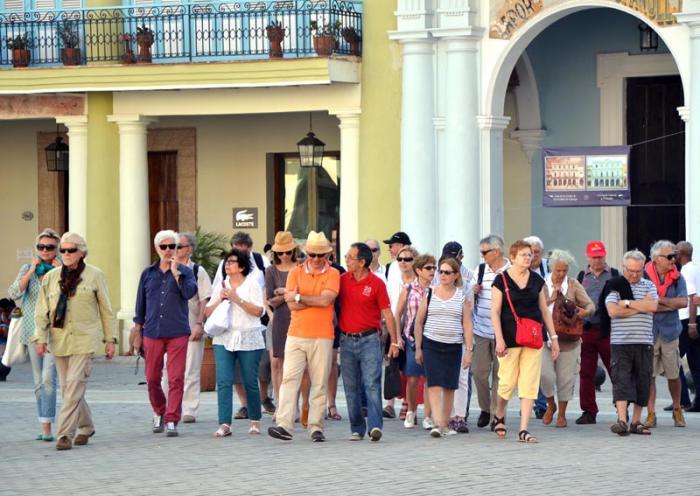 Grupo de turistas en la Habana Vieja.