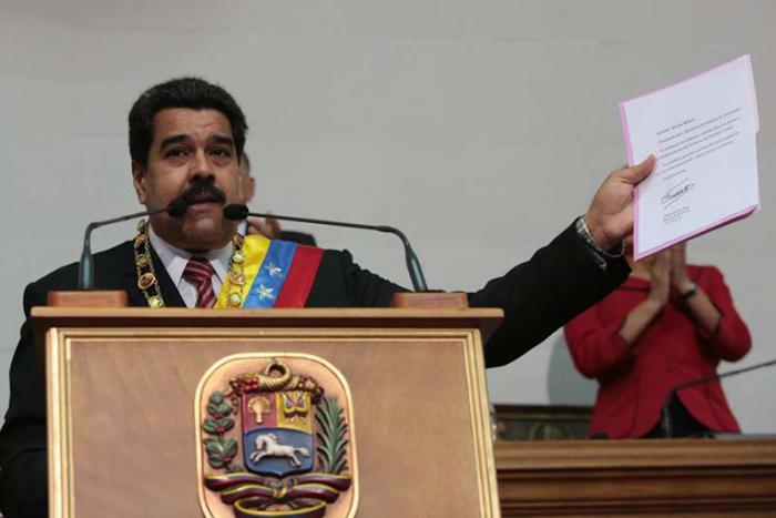 Maduro lee la carta de Fidel ante la Asamblea Nacional