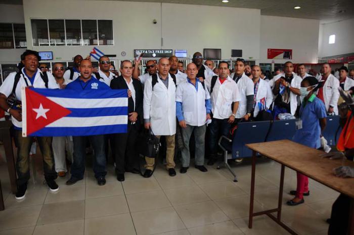 Médicos cubanos que combatieron el ébola en Sierra Leona y Liberia.