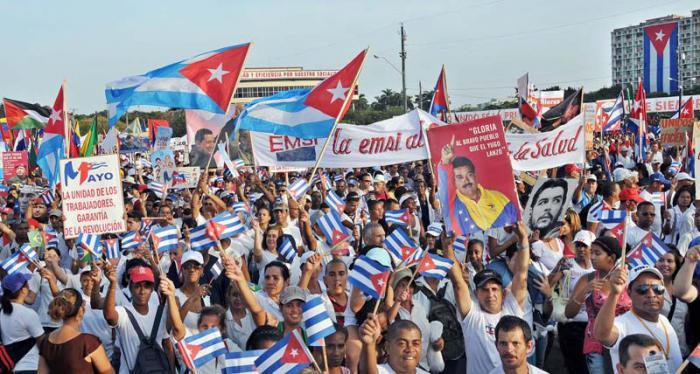 Contundentes y masivos desfiles para celebrar la fiesta de los trabajadores