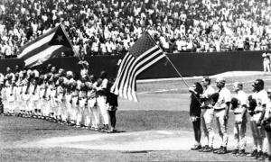 Juego de béisbol entre los equipos Orioles de Baltimore y Cuba el 29 de marzo de 1999, en el estadio Latinoamericano