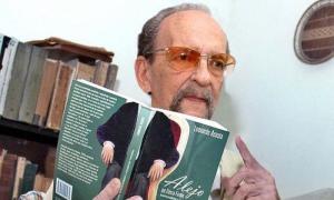 Leonardo Acosta tiene la doble condición de Premio Nacional de Literatura y Música